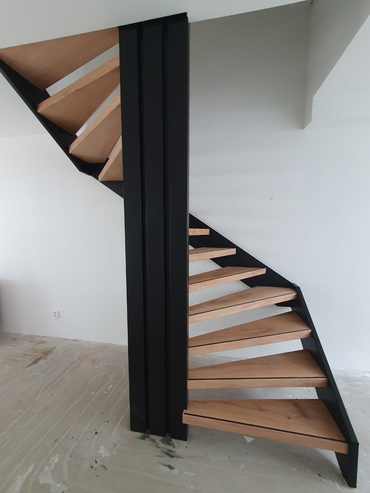 Open trap rondom bekleed